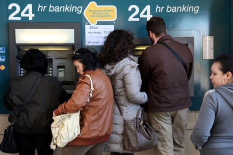 Chipriotas intentan retirar dinero en Nicosia tras el 'corralito' del Eurogrupo. | Afp