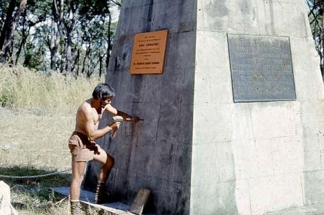 Colocando la placa de la ciudad de Barcelona en Livingstone Memorial en 1974.