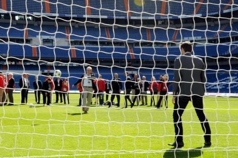 Un miembro del COI lanza un balón a la portería de Iker Casillas. | Efe