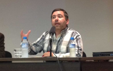 Javier Couso durante la conferencia. | A. R.
