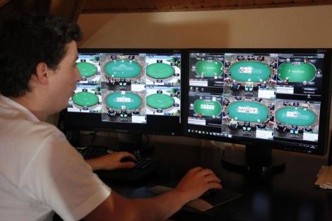 Jugador de póquer por Internet. | Sergio González