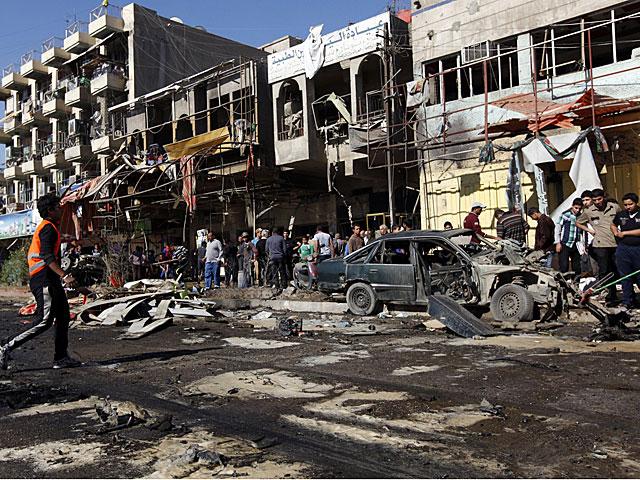 Residentes del distrito Al Mashtal (Bagdad) observan las secuelas de los ataques.   Reuters
