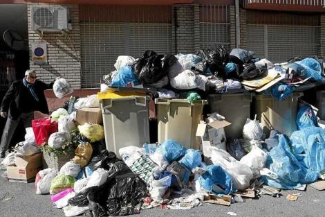 Basura sobre los contenedores en Sevilla durante la huelga de recogida. | E. Lobato