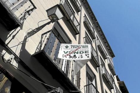 Cartel que anuncia la venta ya realizada de un piso en Madrid. | Bernardo Díaz