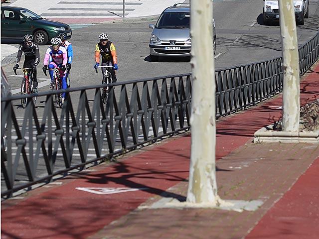 Un grupo de ciclistas transitan por una calzada de Majadahonda, Madrid.   Antonio Heredia