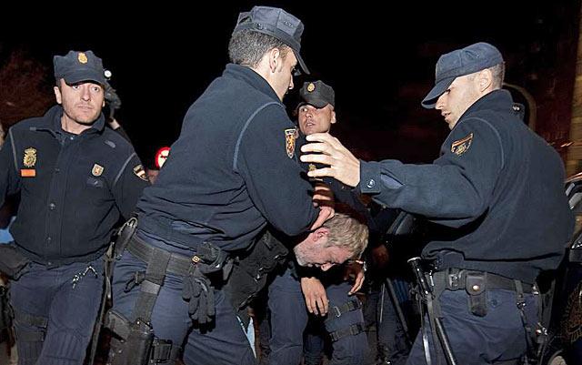 La Policía se lleva detenido al hombre que pretendió prenderse fuego. | AFP