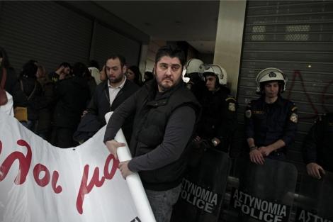 Trabajadores del Banco de Chipre protestan frente al Ministerio de Finanzas.   Efe