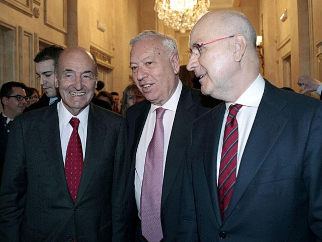 Miquel Roca, José Manuel García-Margallo y Josep Antoni Duran Lleida en el desayuno informativo. | Ángel Díaz / Efe