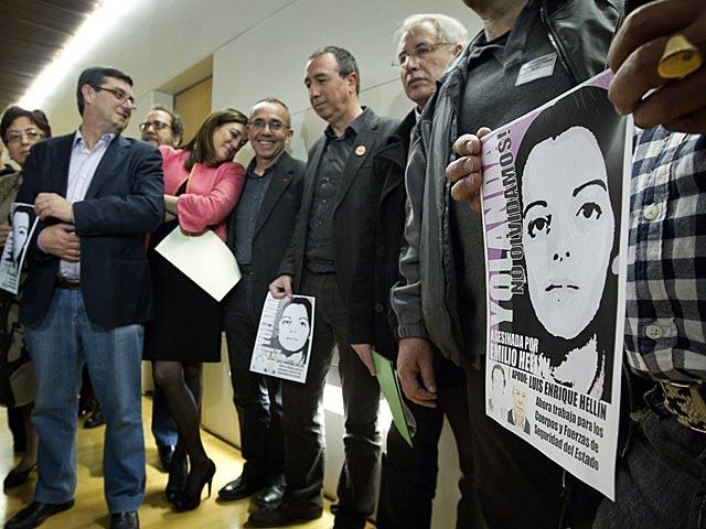Soraya Rodríguez, José Luis Centella junto a otros representantes de la oposición portan carteles con la imagen de Yolanda González. | Emilio Naranjo / Efe