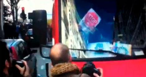 Un bombero, con un cartel de Stop Desahucios. PINCHE PARA VER EL VÍDEO
