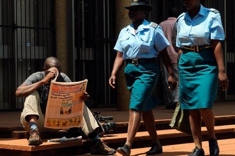 Un ciudadano de Zimbabue se informa sobre el referéndum constitucional.| Afp