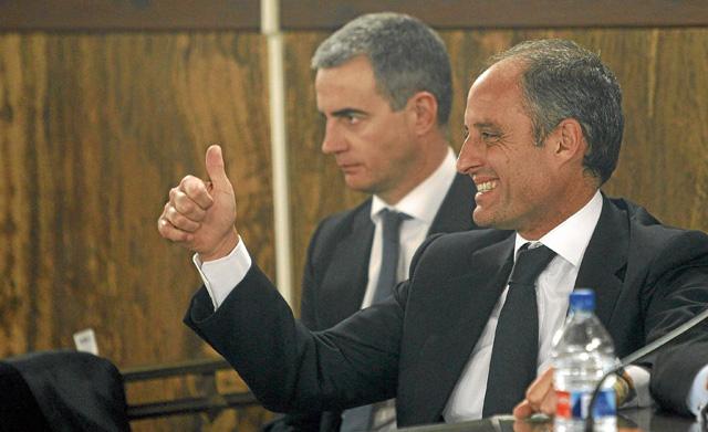 Ricardo Costa y Francisco Camps, durante la lectura de la sentencia de absolución.   Pool