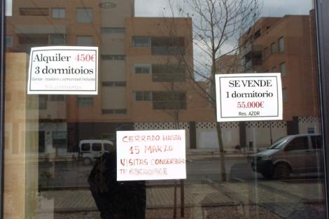 Carteles de 'se alquila' en una urbanización de Guadalajara.   J. F. L.