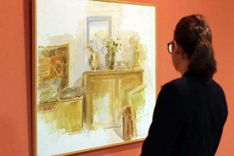 Una joven admira una obra de Ramón Gaya. | C. Díaz