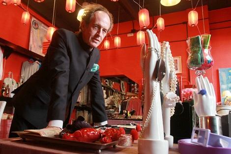 Carlos Telmo, responsable del negocio, en el interior de su tienda. C. Márquez