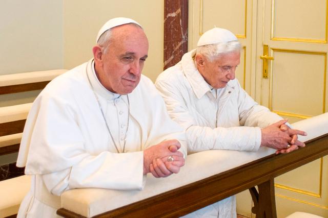 Francisco y Benedicto XVI, papa emérito, rezan juntos porque 'somos hermanos', como dijo el papa. | Afp