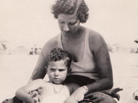 El escritor, cuando tenía dos años, junto a su madre.