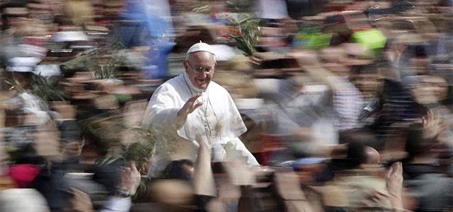 El Papa Francisco, en la Plaza de San Pedro este domingo de Ramos.| Reuters