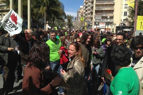 Protesta de los profesores interinos en las calles de Alicante.   E.M.