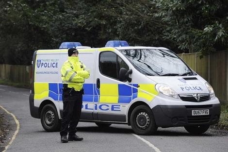 Un vehículo policial impide el paso a la mansión del magnate en Ascot. | Efe