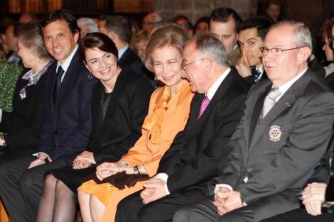 La Reina flanqueada por Tomeu Català y la presidenta del Parlament.   J. Avellà