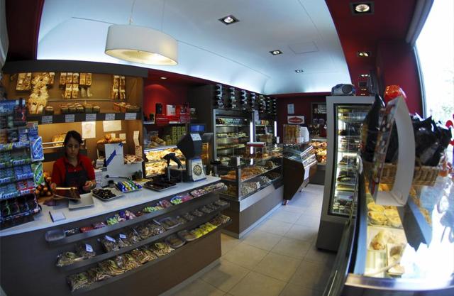 Interior de una tienda de alimentación. | Chano Montelongo