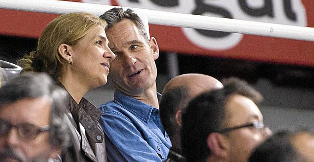Iñaki Urdangarin y la Infanta Cristina viendo un partido de balonmano. | El Mundo
