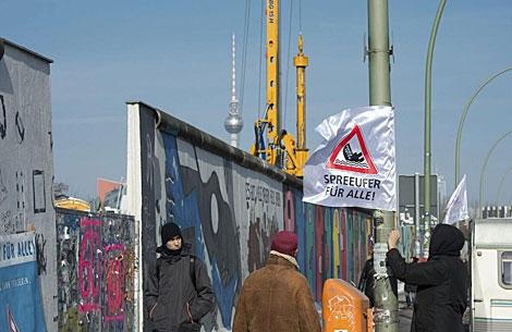 Imagen de la East Side Gallery del muro de Berlín, ayer. | Efe