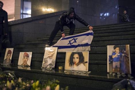 Retratos de las víctimas de Mohamed Merah durante una ceremonia de conmemoración. | Efe