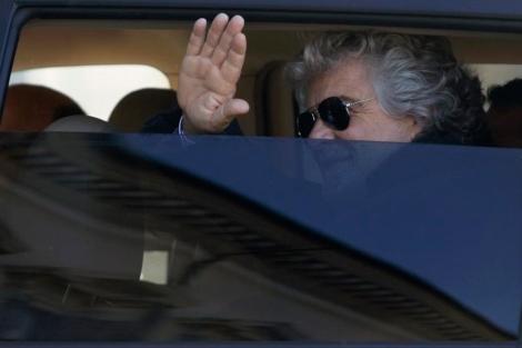 Beppe Grillo saluda tras una de las reuniones con sus rivales.| Reuters