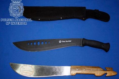 Los machetes con los que trabjaban los 'chinaores' detenidos.