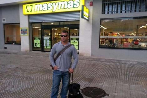 David Casinos, frente al supermercado, en una foto que publicó él mismo en Twitter.
