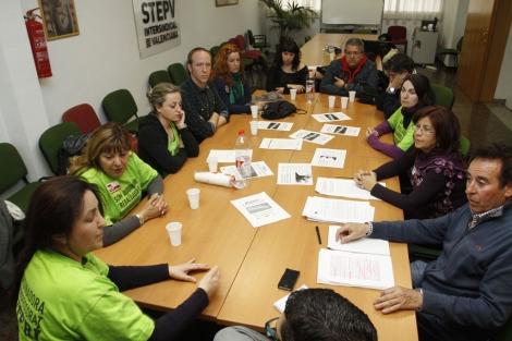 Una reunión de interinos y sindicalistas en la sede del STEPV de Alicante. | Roberto Pérez