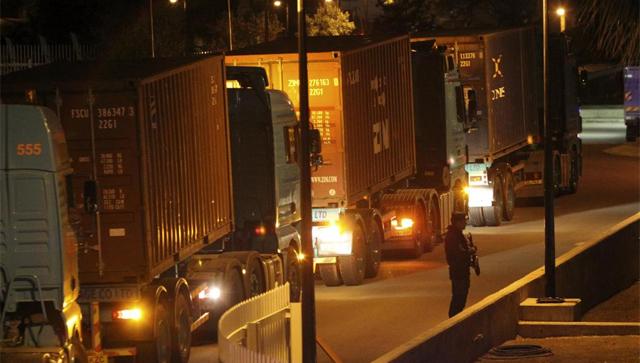 Un policía custodia varios camiones . | Reuters