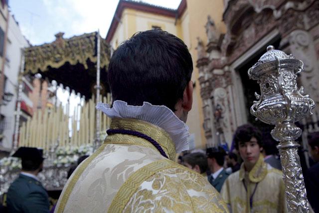 El pertiguero del palio de la Virgen de las Lágrimas se vuelve para mirar el paso en su salida.   Jesús Morón