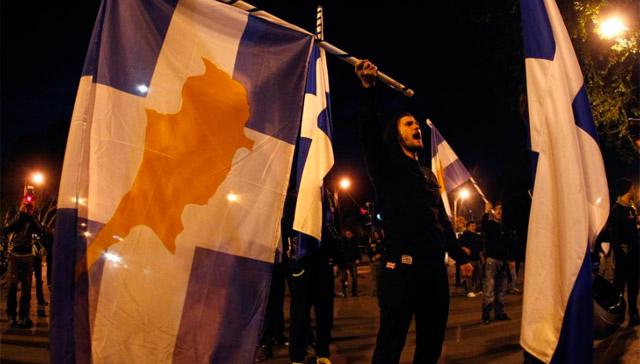 Protestas durante la noche en Nicosia.   Reuters