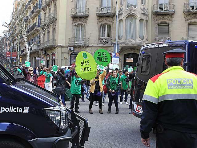 Protesta de la PAH frente al despacho de la diputada del PP Dolors Montserrat en Barcelona. | Domènec Umbert
