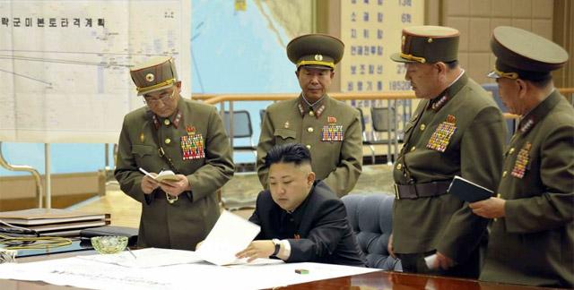Kim Jong-un, reunido con sus generales.| Reuters