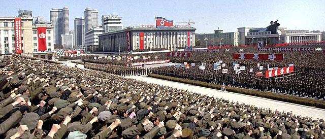 Imagen del centro de Pyongyang con los manifestantes. No es posible verificar su autenticidad. | KCNA/Reuters