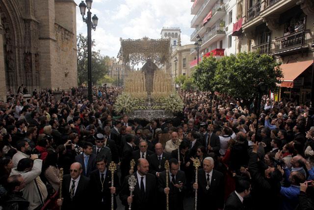 El palio de la Esperanza de Triana, poco después de salir de la Catedral la mañana del sábado.   J. M.