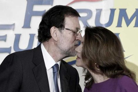 Rajoy saludando a Cospedal durante una conferencia. | Alberto di Lolli