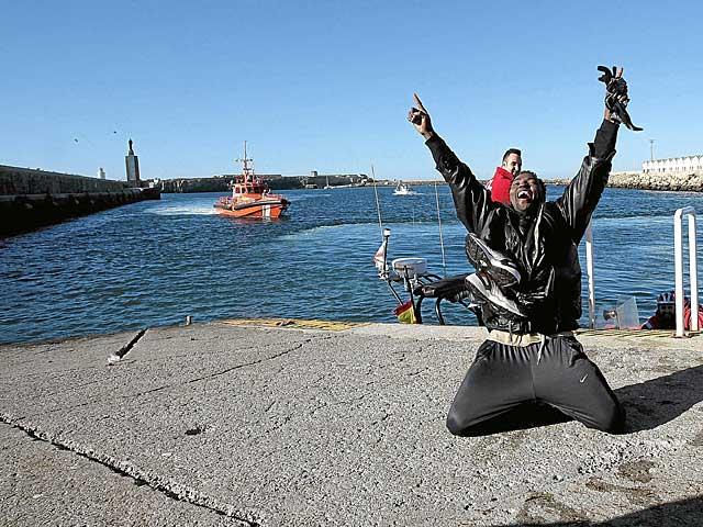 Un inmigrante celebra su llegada a Tarifa. | A. Carrasco Ragel / Efe