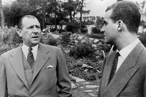 Don Juan charla con el entonces Príncipe Juan Carlos en Villa Giralda.   E.M.