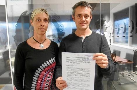 Doris y Joaquín muestran la denuncia. | Jordi Avellà