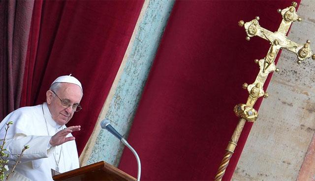 El Papa oficia la misa de Resurrección en la plaza de San Pedro, decorada con flores. | Reuters