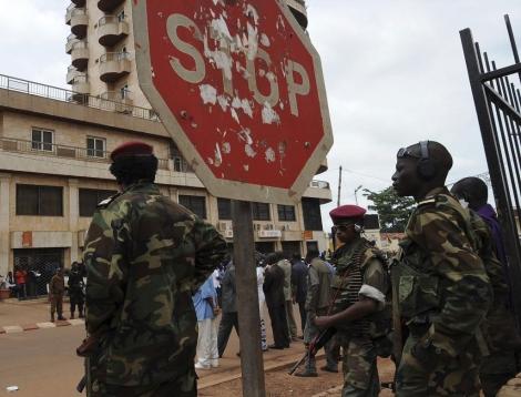 Un grupo de soldados vigila las calles de Bangui. | Afp