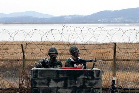 Soldados surcoreanos vigilan la zona demilitarizada.   Efe