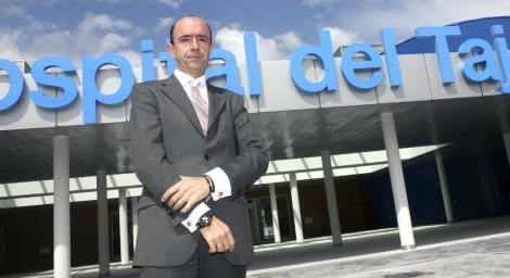 Manuel Lamela, frente al Hospital del Tajo. | E. M.