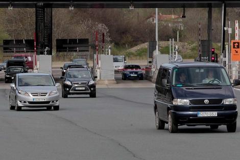Tráfico durante la 'operación retorno' este lunes en San Sebastián. | Araba Press