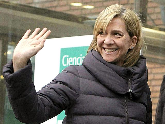 La Infanta Cristina saluda en su última aparición pública, al visitar al Rey en la clínica. | Kiko Huesca / Efe